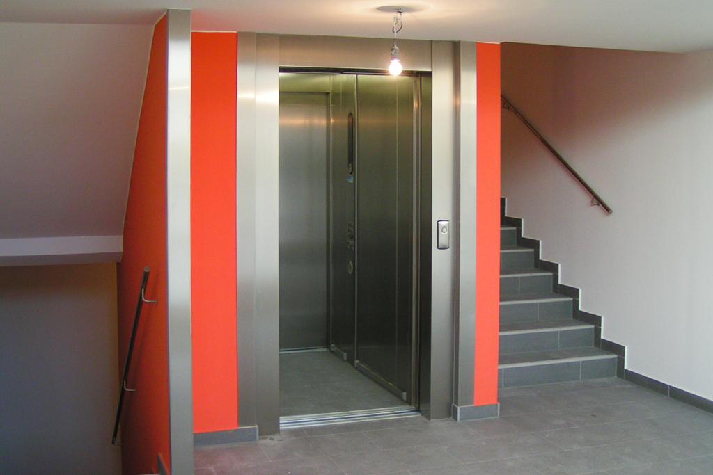 Neubau Wohnhaus Stiegenhaus mit Aufzug @Econom GmbH